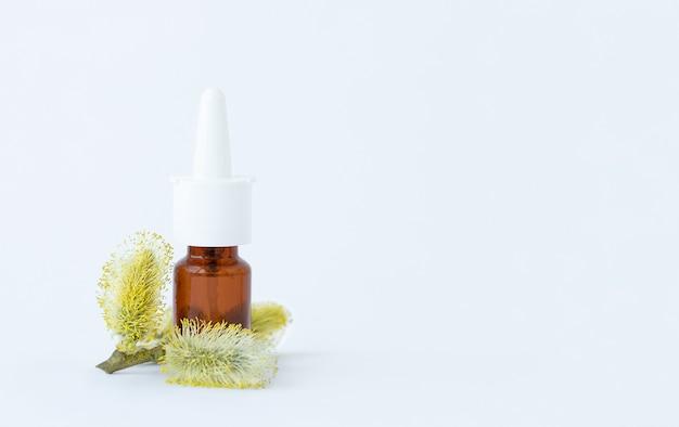 Spuitfles medicijn met stuifmeelplant