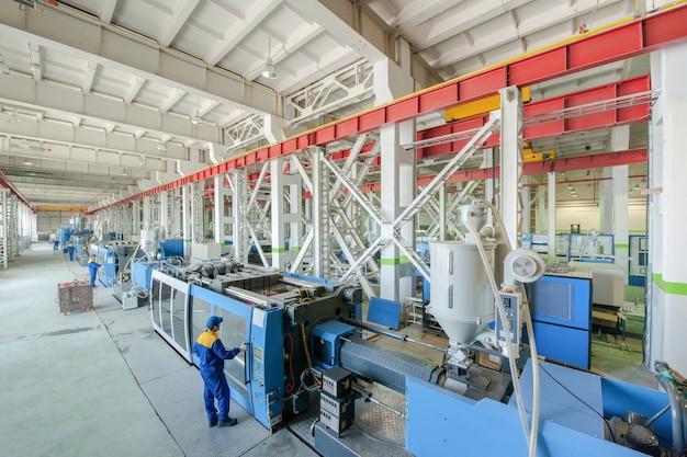 Spuitgietpersmachine voor het vervaardigen van kunststof onderdelen met behulp van polymeren