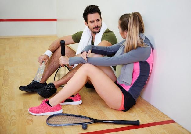 Squashspeler die met elkaar praat