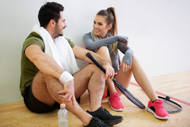 Squashspelers plannen strategiespel tijdens korte pauze