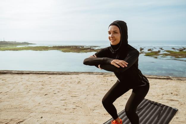 Squats, sport moslimvrouw gehurkt