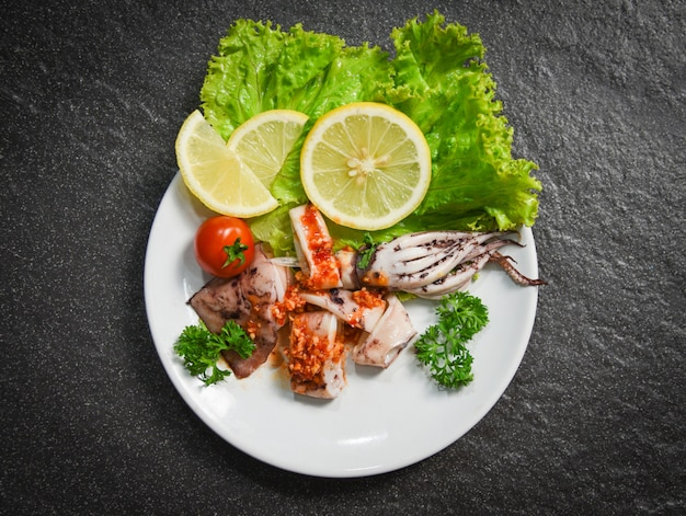 Squidsalade met chilisaus pittige kruiden en specerijen gegrilde inktvisschijfjes