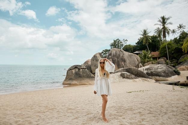 Sri lanka jungle reismodel meisje poseren op het strand met en kijken in de camera