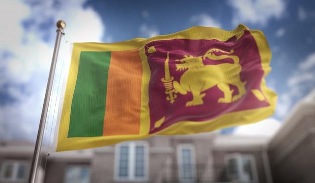Sri lanka vlag 3d-rendering op de blauwe hemel gebouw achtergrond