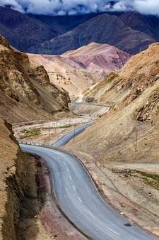 Srinagar leh nationale snelweg nh-1 in de himalaya. ladakh, india