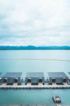 Srinagarind dam met bewolkte hemel