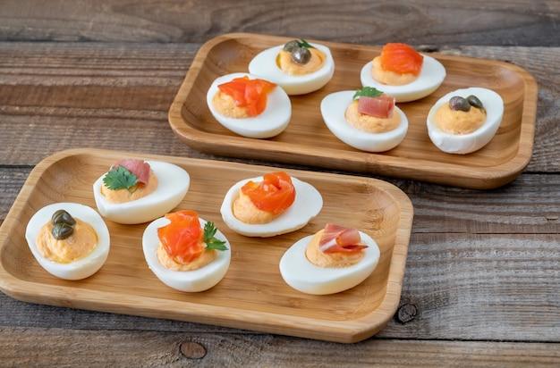 Sriracha deviled eggs met verschillende toppings