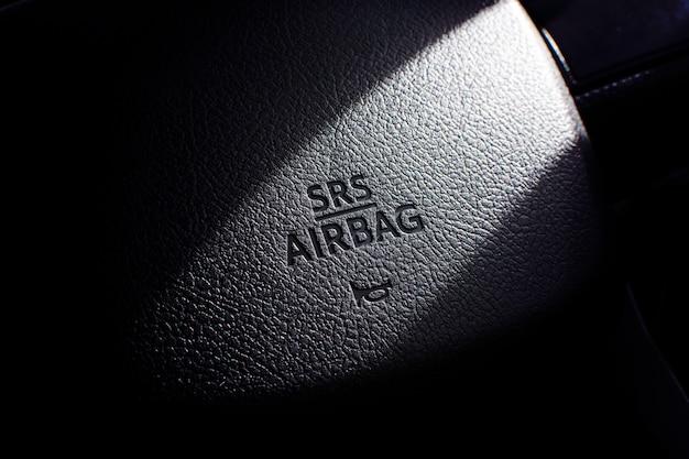 Srs airbag-symbool op stuurwiel in een auto.