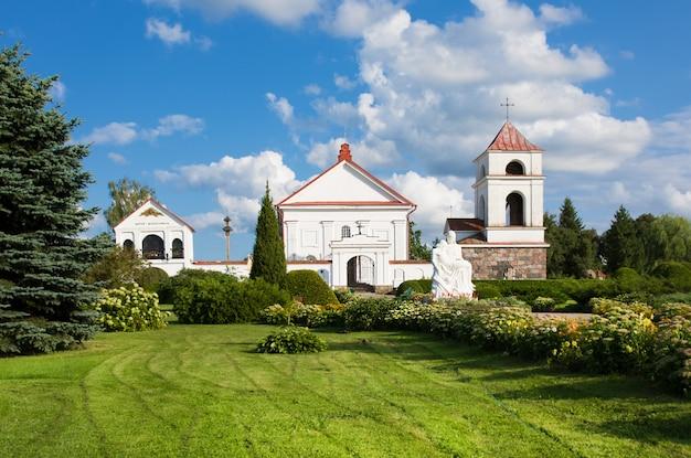 St. anne's kerk in mosar, wit-rusland. architectonisch monument van classicisme.