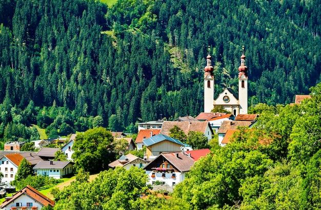 St. barbarakerk in het dorp fliess - de vallei van de inn, tirol, oostenrijk