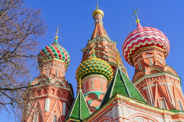 St basil's kathedraal op het rode plein in moskou. domt de kathedraal tegen de blauwe hemel