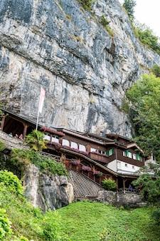 St. beatus cave en watervallen boven thunersee in zwitserland.
