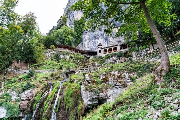 St. beatus grot en watervallen boven thunersee, sundlauenen, zwitserland.