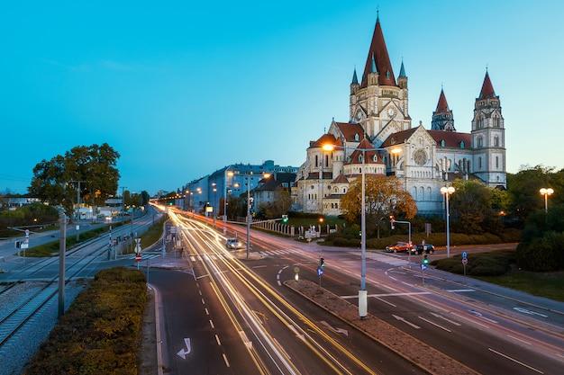 St. francis van assisi kerk in wenen avond weergave met verkeerslicht paden