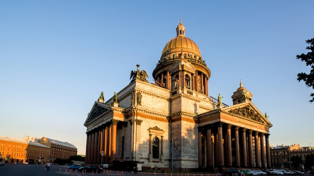 St isaac cathedral op zonsondergang in witte nacht in sint-petersburg