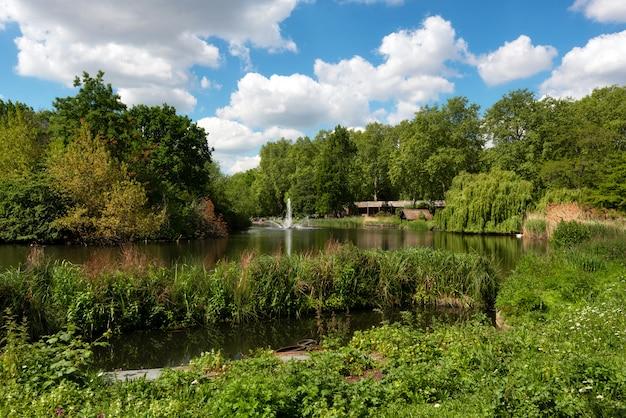 St james-park is het oudste koninklijke park in westminster, centraal londen in engeland.