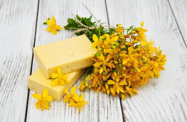 St. janskruid bloemen en zeep