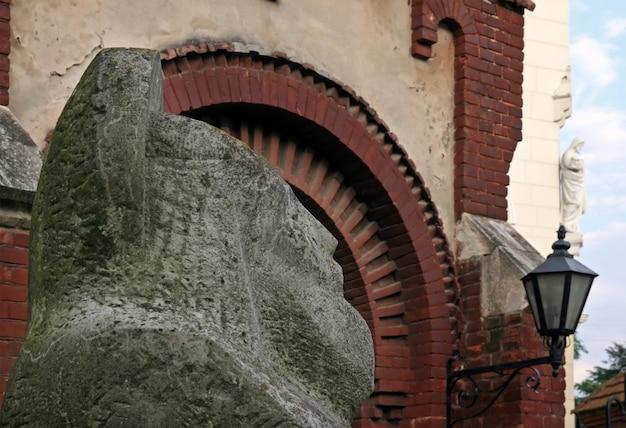 St. john baptist kerk en beeldhouwkunst in de buurt van in het centrum van lviv-city (oekraïne)