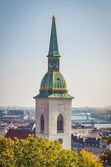 St martin cathedral-klokketoren en de stad van bratislava en de riviermening van donau