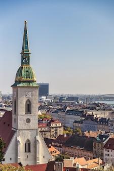 St martin cathedral-klokketoren en de stadsmening van bratislava