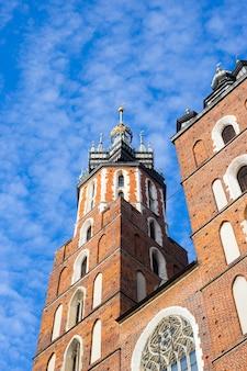 St. mary's basiliek in het centrale plein van krakau in polen