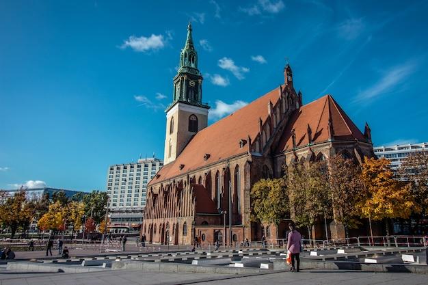 St. mary's church of marienkirche in het duits in de buurt van alexanderplatz in het centrum van berlijn, duitsland.