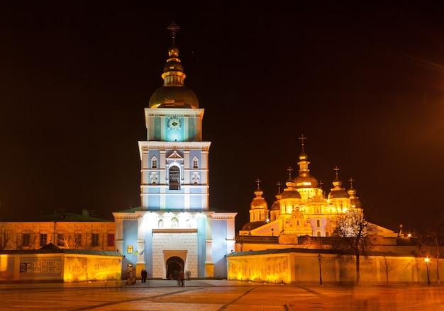 St. michael's klooster met gouden koepels 's nachts