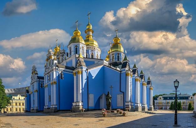 St. michaels golden-domed-klooster in kiev, oekraïne, op een zonnige zomerochtend