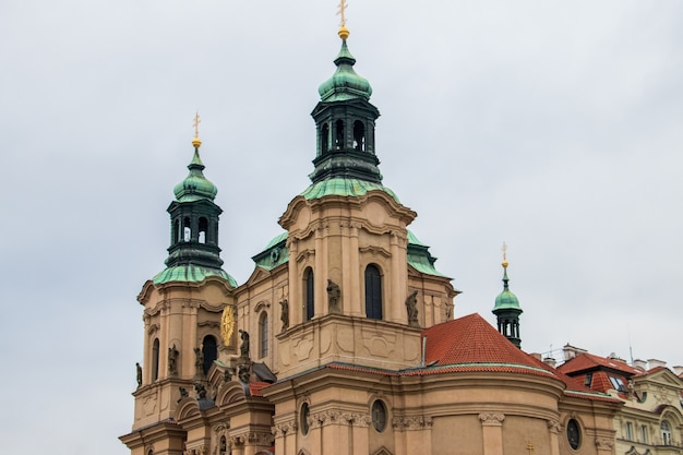 St. nicholas church in het oude stadsplein van praag