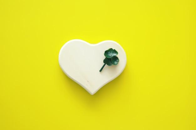 St. patrick's day achtergrond. religieuze christelijke ierse viering. klavertje vier symbool van geluk met vorm van hart.