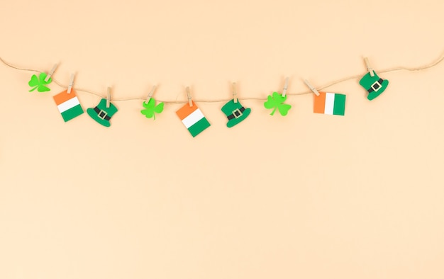 St. patrick's day, slingers met decoratiefiguren. kopieer ruimte.