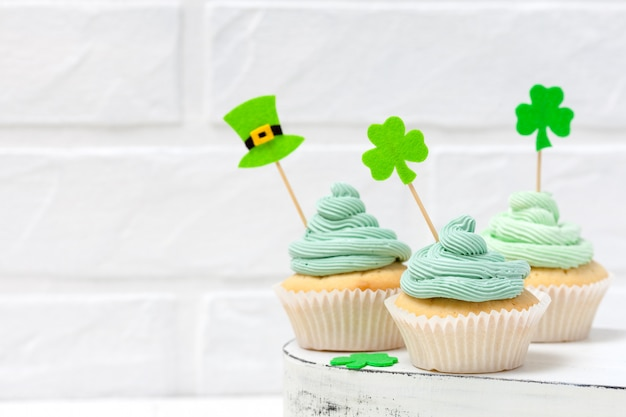 St. patrick's day thema kleurrijke horizontale banner. cupcakes versierd met groene botercreme