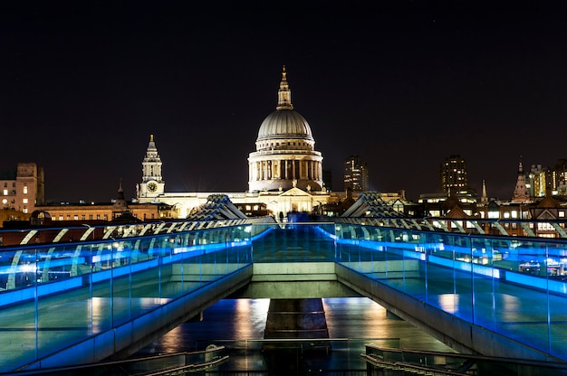 St. paul cathedral en millennium bridge in londen