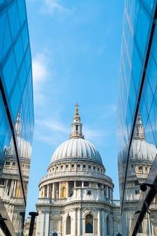 St. paul's cathedral kerk weerspiegeld in glazen wanden van one new change in londen.