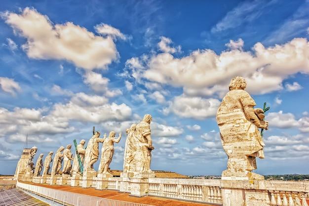 St peter's basilica dome standbeelden van jezus en de apostelen, vaticaan, italië.