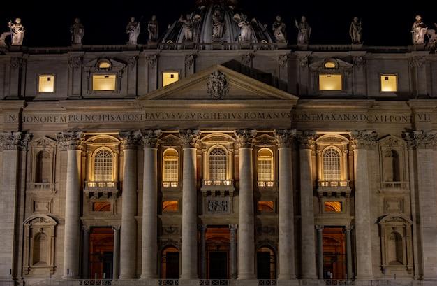 St peter's basiliek in de nacht