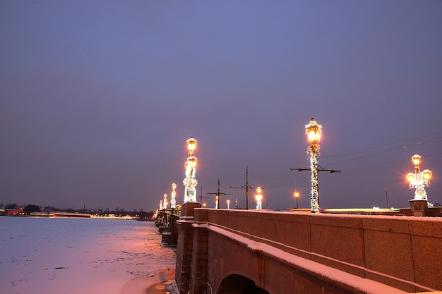 St. petersburg in versieringen voor het nieuwe jaar en kerstmis, een brug met brandende lantaarns over de neva.