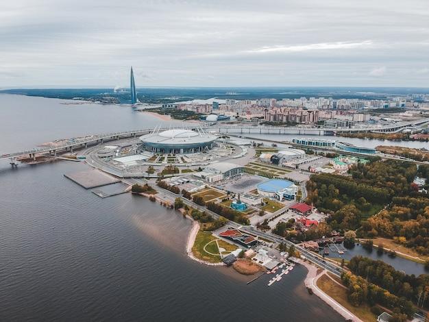 St. petersburg met westerse hogesnelheidsdiameter, zenit arena-stadion en een wolkenkrabber.