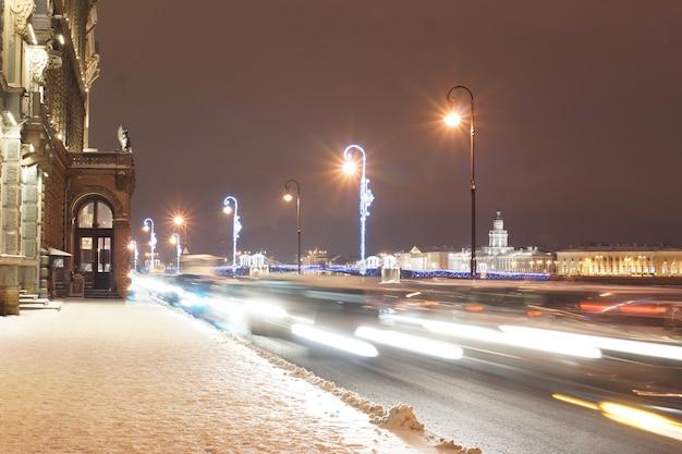St. petersburg straat met gloeiende lantaarns en versieringen voor het nieuwe jaar en kerstmis