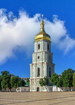St. sophia-kathedraal op het st. sophia-plein in kiev, oekraïne, op een zonnige zomerochtend