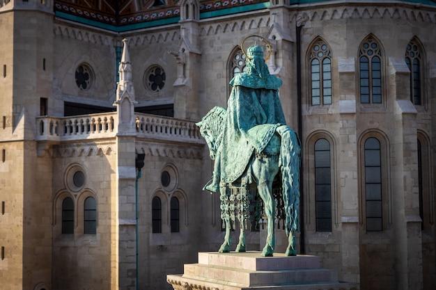 St stephen standbeeld voor de historische bouw van matthias church in boedapest
