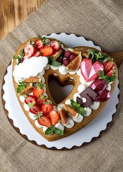 St. valentijnsdag cake in hartvorm. romantisch cadeau. zoete valentijn. bakkerij, zoetwaren concept