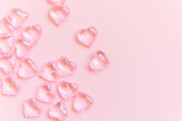 St. valentijnsdag concept. vele roze harten geïsoleerd op roze pastel achtergrond. ansichtkaart banner op valentijnsdag. liefdesdate liefdeszieke bruiloft romantiek symbool. bovenaanzicht plat lag, kopieer ruimte