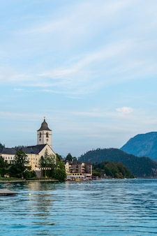 St. wolfgang waterkant met wolfgangsee-meer, oostenrijk