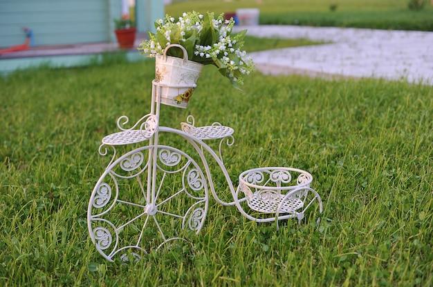 Sta voor bloemen in de vorm van een fiets