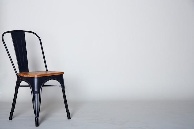 Staal met houten stoel op grijs