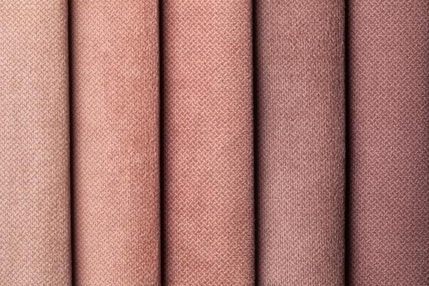 Staal van fluwelen textiel bruine schaduwkleuren, achtergrond. catalogus van stof voor meubels, close-up.