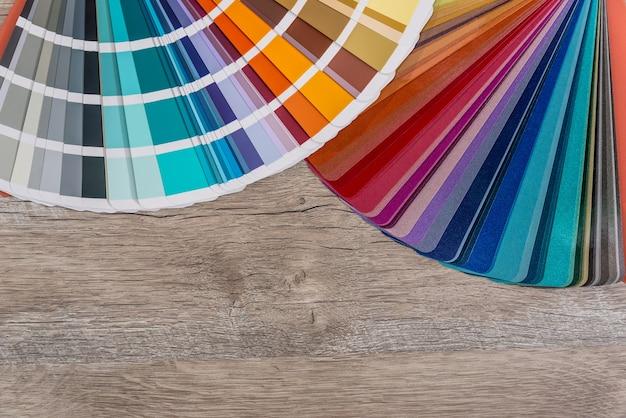 Staal van kleuren op houten tafel achtergrond