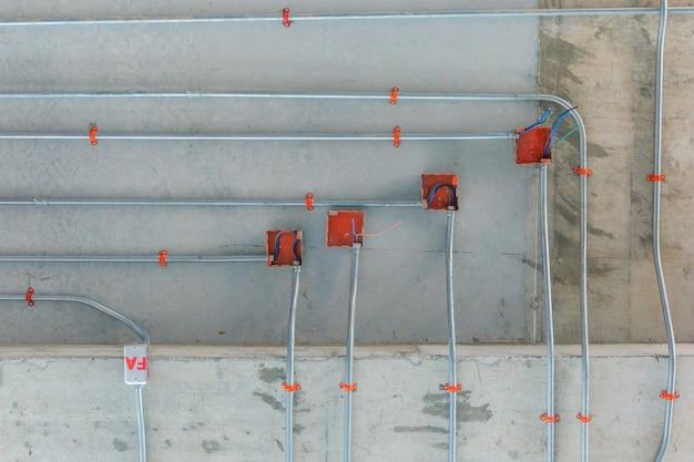Staalpijpen voor de installatie van het elektriciteitsdistributiesysteem op plafond in de nieuwe bouw