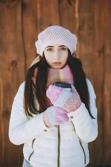 Staan een gezicht meisje koud